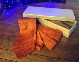 和柄のネクタイとギフト ボックス