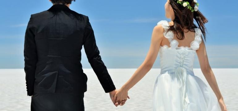 彼氏と彼女が手を繋ぐイメージ